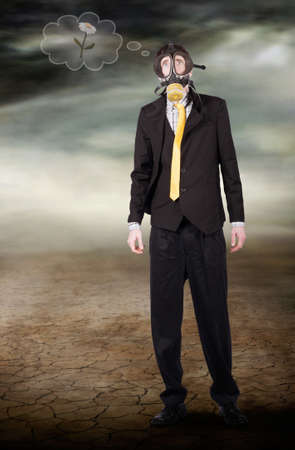 contaminacion ambiental: concepto de desastre ambiental de un hombre de negocios usando máscara de gas de pie en un,, desierto Baron seca dura desprovista de vida pensando en la naturaleza y es la destrucción de la humanidad