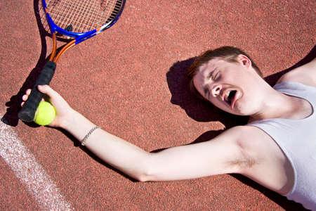 codo: Pista de arcilla del jugador de tenis clama por atención médica que tiene lesiones en el codo