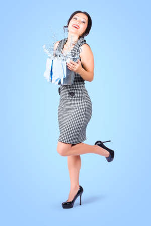 housewife gloves: Full length portrait of a cute smiling housewife cleaning with wash bucket and gloves on blue background