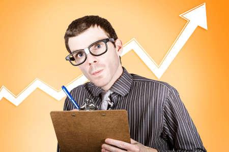 commodities: analista de mercado de valores empollón la redacción de un informe financiero sobre el creciente interés en el mercado de materias primas Foto de archivo