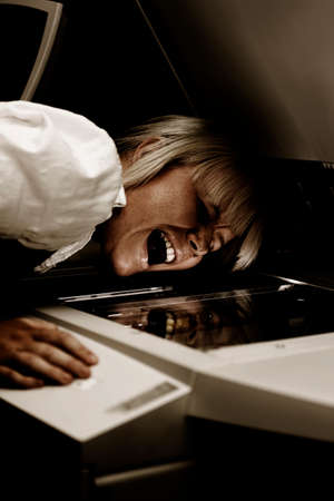 fotocopiadora: Una mujer que trabaja en una fotocopiadora Screams Demostrando El horror oscurecidas de replicación del día a día puede ser un asesino Foto de archivo