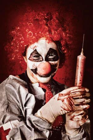loco: payaso loco médico sosteniendo la jeringa de gran tamaño llena de sangre cuando se cura a los enfermos de los delirios paranoia y alucinaciones