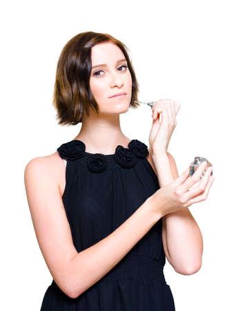 femme romantique: Studio Photo d'une belle femme en robe noire tenant une bouteille de parfum coûteux ou de Cologne lors de l'application Avant une date soir, Fond blanc