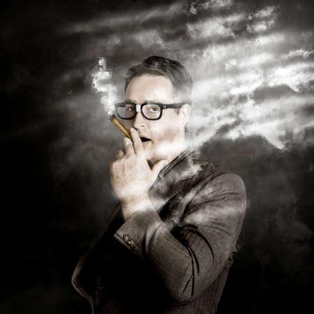 millonario: Creativo retrato de un hombre de negocios millonario éxito fumar un signo de dólar símbolo de cigarros de dinero hecha. rodando rica