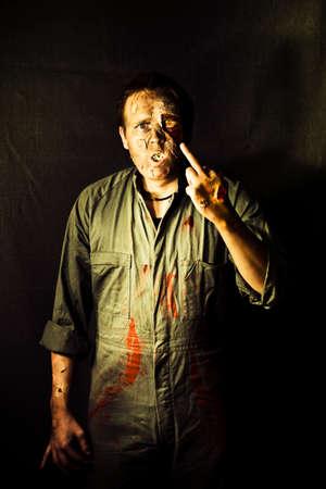 falta de respeto: Rigamortis pone en el dedo medio de la mano de un zombi que muestra un gesto antip�tico de falta de respeto en un mensaje de ultratumba