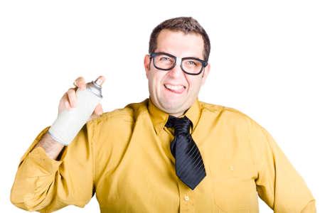 pulverizador: Un hombre de camisa amarilla y corbata corta con una lata de aerosol Foto de archivo