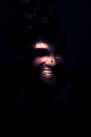 enfado: Cara de un pirata traviesa en descomposición cara que mira hacia fuera de la luna de luz Sombras con una sonrisa siniestra de la mueca O Representando terror horror y la locura Foto de archivo