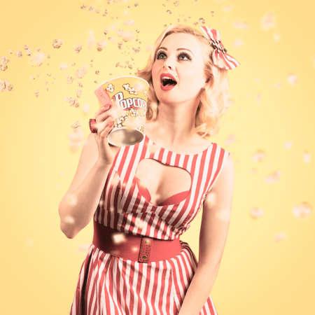 palomitas de maiz: Grunge retrato f�lmico de una mujer hermosa cine viendo la pantalla grande con palomitas volando. pel�culas retro concepto Foto de archivo