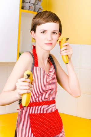 comiendo platano: fotografía de la diversión de un nutricionista mujer que finge tirar cañones de plátano cuando la orientación de las prácticas de alimentación saludable