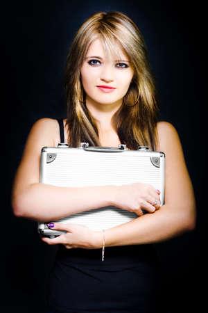 preguntando: Rostro fresco Mujer de negocios que sostiene la cartera del empleado con una mirada de incertidumbre en un número de opciones de carrera y las opciones comerciales fotografía en fondo oscuro
