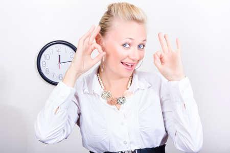 mujer alegre: Una mujer que muestra gesto bien en una sede corporativa para simbolizar en la fecha prevista para la gestión del tiempo