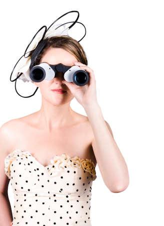 caballo corriendo: Encantadora mujer joven mirando las carreras de caballos a trav�s de binoculares