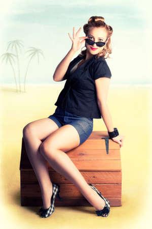 bagagli: Photo Illustrazione di una donna che indossa Pinup Bella retro di modo su una spiaggia tropicale Viaggi Viaggio Seduto sulla cassa Deposito di legno Archivio Fotografico