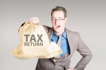 impuestos: hombre de negocios que sostiene la declaración de impuestos con una feliz expresión de sorpresa. concepto de reembolso grande