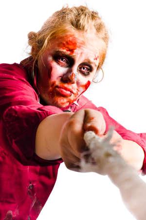 mujer golpeada: Magullado y mujer maltratada tirando desesperadamente cuerda en la batalla de la determinación y la voluntad.