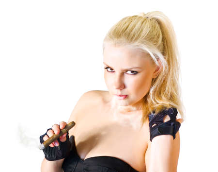 busty: Rough concepto hembra dura de una hermosa mujer rubia sentada fumando un cigarro en un atractivo de la parte superior del hombro Foto de archivo