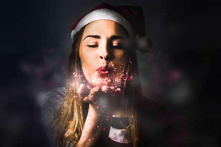 dar un regalo: Foto del estilo de la fantasía de una Hembra bastante rubia sueños para preparar duende hecho realidad al compartir la magia de la Navidad Foto de archivo