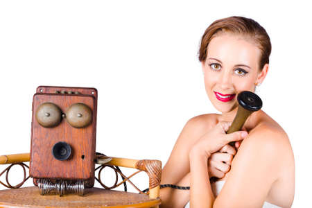 telefono antico: Carino donna dell'annata hungging antico telefono con un'espressione desiderio. Lunga distanza concetto di rapporto Archivio Fotografico