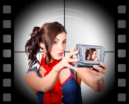 cinta pelicula: La mujer joven se graba una película de sí misma que usa la cámara de vídeo. fondo antiguo cine Foto de archivo