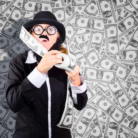 dinero falso: Retrato peculiar de una persona de negocios fraudulentos duplicar rollos y rollos de dinero cuando engañar al banco de la reserva federal. Concepto de Falsificaciones Foto de archivo
