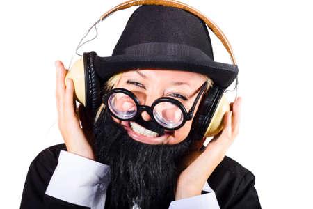 persona feliz: Retrato divertido de una persona feliz escuchando música en los auriculares grandes retro, fondo blanco