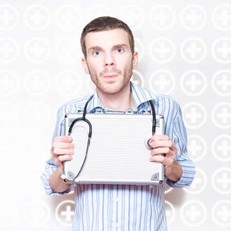 valise voyage: Stéthoscope médical Homme Santé Docteur Tenir Avec First Aid Kit Métal In A Callout d'urgence ou sur appel Concept Sur Espace texte