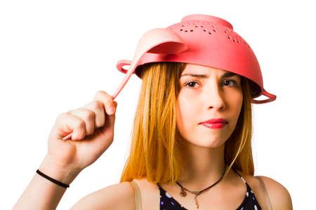 actitud: Imagen cómica de una chica seria listo para la batalla preparación de la cena con el casquillo de pensamiento y actitud puede hacer. Listo para la acción de cocción Foto de archivo