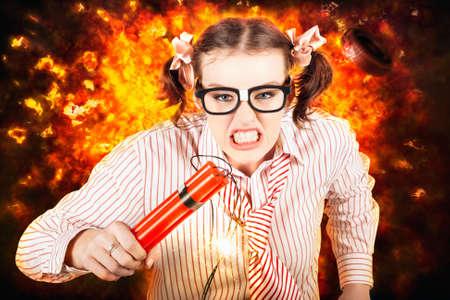 under fire: Persona enojada del asunto que se ejecuta con cartucho de dinamita De Una explosi�n de bomba de fuego mientras se encuentra bajo estr�s explosivo Foto de archivo