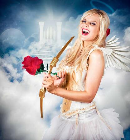 verjas: Ángel celestial de amor riendo con halo en la cabeza frente a las puertas del cielo. El amor es la clave. Foto de archivo