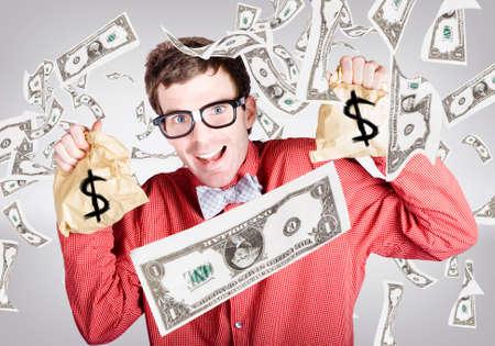 raining: hombre contador feliz disfrutando de la lluvia de la caída de dinero mientras mantiene la declaración de impuestos bolsas de dinero. concepto de éxito del negocio Foto de archivo