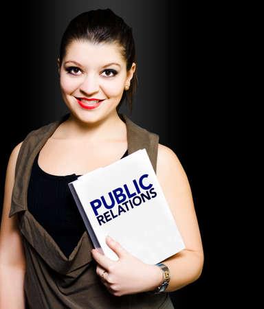 relaciones publicas: Mujer sonriente que sostiene una carpeta de relaciones públicas bajo su oferta brazo después de la atención de ventas mientras se responde a una queja de un cliente en relación con un producto