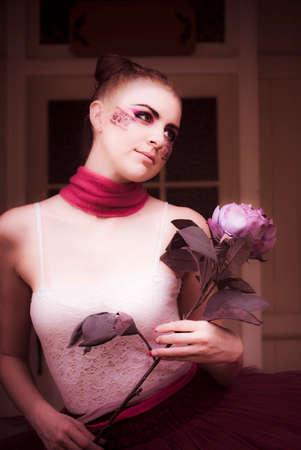 turnanzug: Cute Dancer Frau trägt Tanz Tutu Oder Leotard hält eine Blume von ihrer Haustür beim Tanzen und wogenden in einem verträumten Romance Affäre Lizenzfreie Bilder