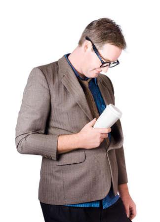 hombre cayendose: Hombre cansado de quedarse dormido en el trabajo con la taza de café en la mano, aislados en fondo blanco
