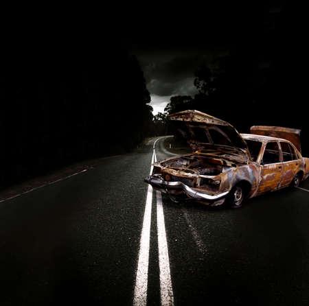 no correr: Y destrozado coche destrozado Con desinflados Neum�ticos, falta faros y abollado del parachoques delantero Barra estacionado en el medio de una calle oscura carretera