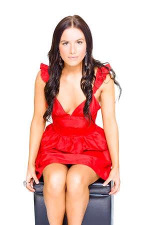 niñas bonitas: Retrato de una mujer hermosa con el pelo trigueno sentada en un vestido rojo elegante mientras que piensa Soñar despierto y la meditación, aislado sobre fondo blanco