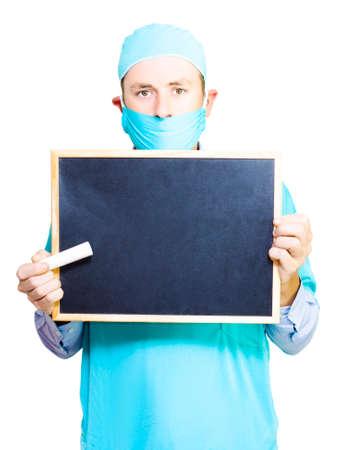 schreiben: Doktor, der eine Tafel und großen Stock Kreide halten bereit Lehre zu beginnen und Sie auf medizinischen Fakten und Mythen in einem Gesundheitserziehung Konzept isoliert auf weiß zu erziehen