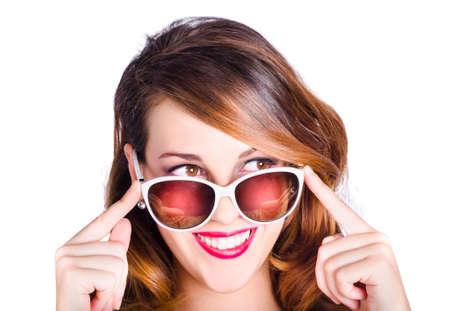 gafas de sol: Retrato de mujer joven feliz con el pelo largo Morena en gafas de sol retro, fondo blanco del estudio