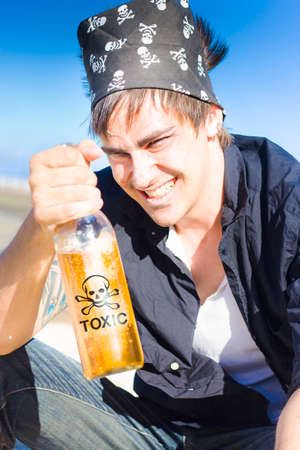 gente loca: Divertida y humorística imagen de un pirata sonriente beber una botella de bebidas espirituosas tóxico aire libre en un duro y resistente Concept