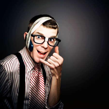 servicio al cliente: Cursi Servicio al Cliente Call Center operador utilizando Inventiva auricular de teléfono mientras que el frío llamando a la gente en una representación de Telemarketing