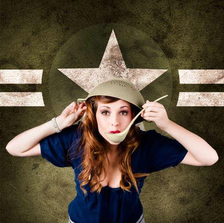 estrellas  de militares: Retrato divertido de la vendimia de una chica pin-up ej�rcito americano lindo cocinar usando colador para el casco. En el fondo estrella de los militares