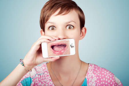 zellen: Lustig Technologie Portrait einer betonten Frau zum Ausdruck bringen offenem Mund Bestürzung auf den zerstörten Bildschirm ihres Mobiltelefons gebrochen Lizenzfreie Bilder