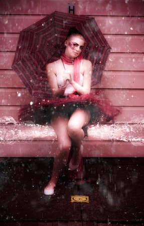 turnanzug: Wet Aufnahme von einem Ballerina In Leotard sitzt auf einem Hydrant Cushing Spritzen und Sprühen Wasser Tröpfchen in einem schönen und eleganten Splash Tanzen Pic Lizenzfreie Bilder