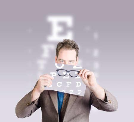examen de la vista: Optometrista o visión del doctor que sostiene gafas delante de la carta de prueba examen de los ojos. Visión del concepto deteriorado
