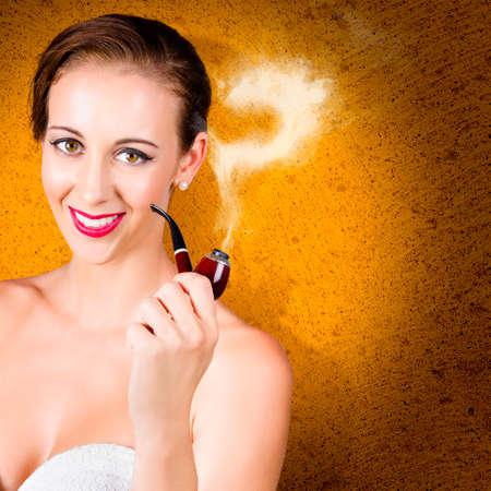 interrogative: Mujer elegante con el tubo, el fumar fuera cuesti�n cuando se piensa en una soluci�n. Fondo del cemento Foto de archivo