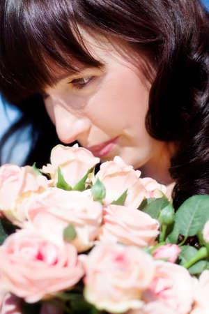 bouquet de fleurs: Femme évoque un bouquet de fleurs après leur avoir reçu un cadeau de Valentin