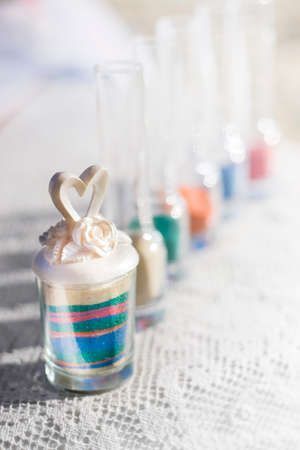 Feier: Zusammen In Love Is Sand gemischt Von einer Braut und Bräutigam in einer Mitteilung der Liebe und Engagement während einer Hochzeitszeremonie