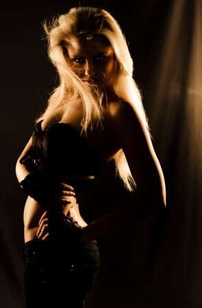 tänzerin: Charmant, charismatisch und Schöne blonde Tänzer bewegen Mysteriously in den tiefen Schatten der Dunkelheit Während Einer elegant und sexy Tanz des Mystique