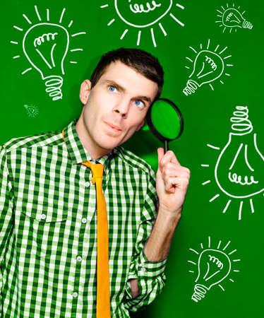 persona pensando: Hombre Personas de negocios Pensando Con Spy Glass a cara delante de un fondo verde Bombilla En un retrato de Descubrimiento e ideas creativas