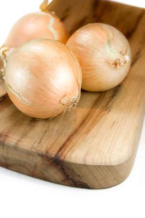 cebollas: Sin pelar cebollas Sentarse En Una Tabla de cortar aislada