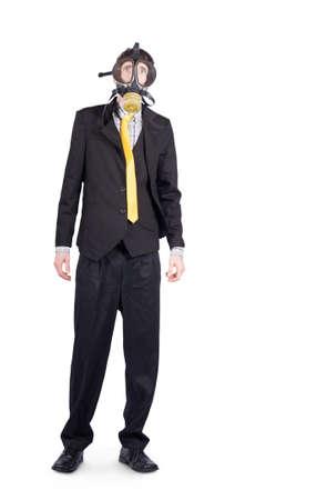 hombre flaco: Retrato de cuerpo entero de hombre de negocios con máscara de gas sobre fondo blanco con espacio de copia